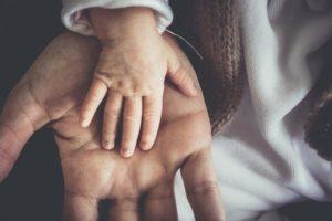 赤ん坊の手