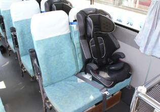 バスに固定されたチャイルドシート