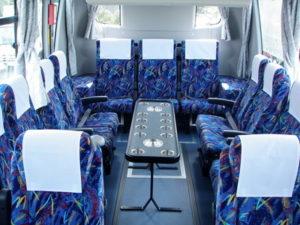 サロンタイプのバス車内